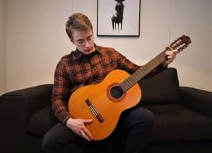 Guitarist who reviews Yamaha C40 classical guitar