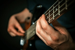 Read more about the article How to Tell The Difference Between Bass and Electric Guitar