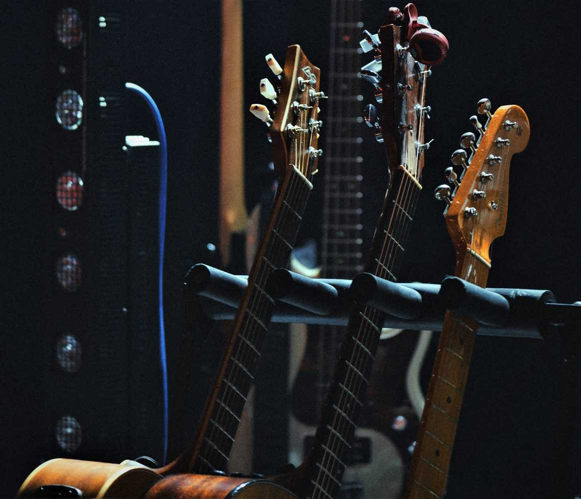 Read more about the article 5 Best Multi-Guitar Stands and Guitar Racks in 2021 – Buyer's Guide