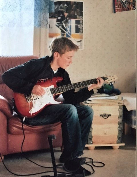 Owner of the Guitaristnextdoor.com playing his first guitar in 2009