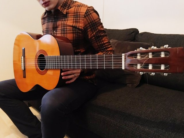 Owner of the Guitaristnextdoor.com with his first acoustic/classical guitar Yamaha C40